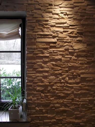 graue Steinwand in einer Räumlichkeit von einem Restaurant