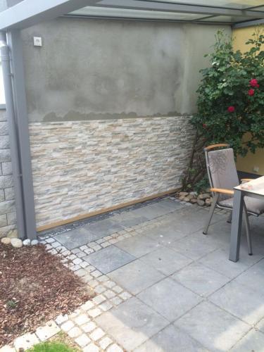 Arbeitsprozess einer Steinwand im Außenbereich