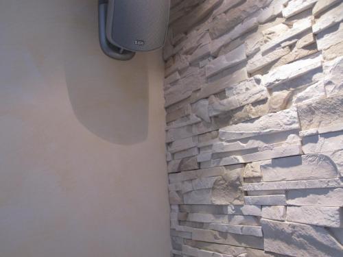 aufwendige Steinwand kombiniert mit einer modernen Wischtechnik